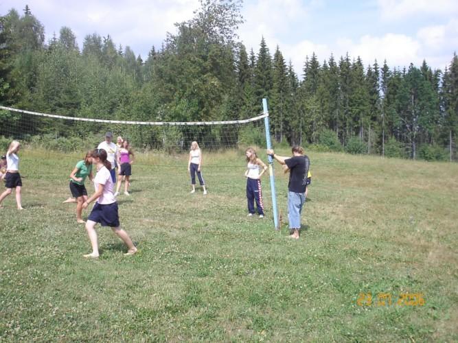 Ein Volleyballplatz am Gruppenhaus Ralingsåsgården in Schweden.