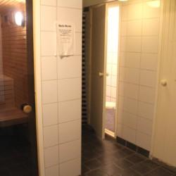Duschen und Sauna im Frezeitheim Ralingsåsgården in Schweden.