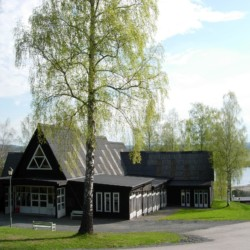 Das schwedische Gruppenhaus Ralingsåsgården mit direktem Seeblick.