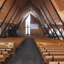 Die Sommerholzkirche am Gruppenhaus Ralingsåsgården in Schweden.