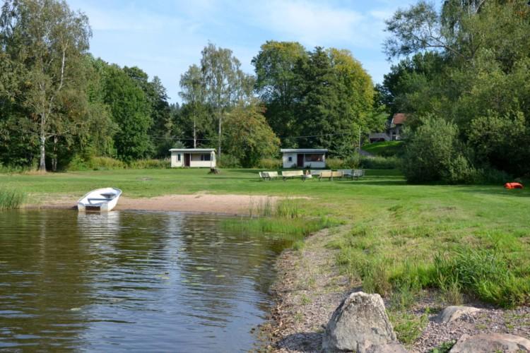 Die Badestelle am schwedischen Haus Sjöhaga. Gruppenhäuser und Freizeitheime in Schweden