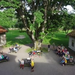 Der Außenbereich des schwedischen Gruppenhauses Sjöhaga.