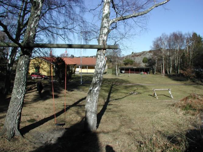 Außengelände vom schwedischen Gruppenhaus KFUM-Gård Skaftö für Jugendfreizeiten direkt am See