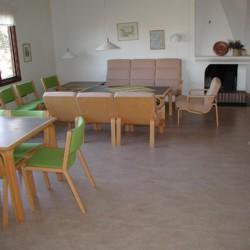 Gruppenraum im schwedischen Freizeitheim KFUM-Gård Skaftö für Jugendfreizeiten direkt am See