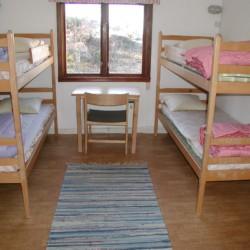 Etagenbetten im schwedischen Gruppenhaus KFUM-Gård Skaftö für Jugendfreizeiten direkt am See