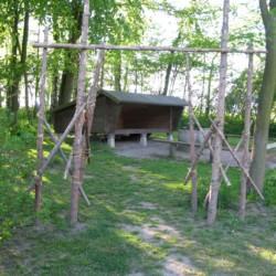 Lagerfeuerstelle mit Schutzhütte im Garten am schwedischen Gruppenheim Tygegården.