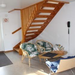 Aufenthaltsbereich mit Sitzgruppe im Gruppenhaus Tygegården in Schweden.