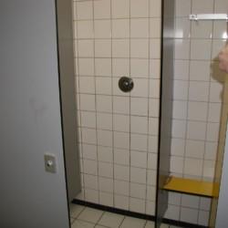 NLRE Das Sanitär im niederländischen Gruppenhaus de Repelaerhoeve am Waldrand.