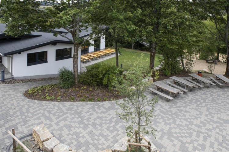 Terasse mit Sitzgruppen am Gruppenheim Fuchsbau in Deutschland.