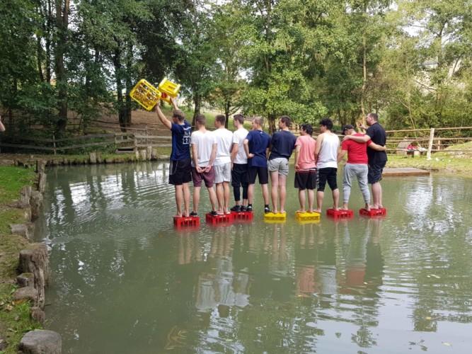 Wasserspiele auf dem hauseigenen Badeteich am Gruppenhaus Fuchsbau in Deutschland.