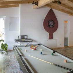 Billard, Dart und ein Piano im Freizeithaus Fuchsbau in Deutschland.
