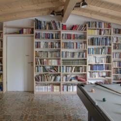 Ein Freizeitraum mit Billard und Bücherwand im Gruppenhaus Fuchsbau für Kinder und Jugendreisen in Deutschland.