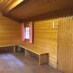 Ein Gruppenraum im deutschen Freizeithaus Fuchsbau für Kinder und Jugendgruppen.
