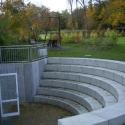 Ein kleines Amphietheater am Gruppenhaus Heliand in Deutschland.