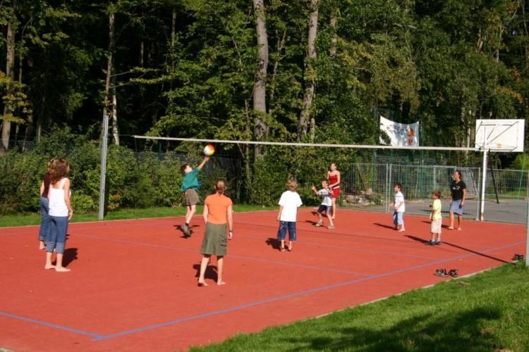 Ein Volleyball- und Hartplatz am Freizeitheim Heliand in Deutschland.