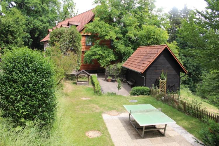 Der Außenbereich des Gruppenhauses Largesberg in Deutschland.