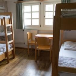 Ein Zimmer im Gruppenhaus Largesberg in Deutschland.