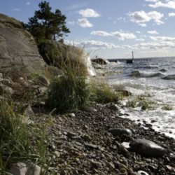 Der Strand mit Badebrücke liegt am Gruppenhaus Lunde in Norwegen.