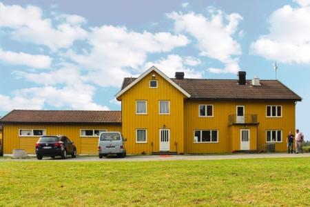 Gegenüber vom norwegischen Gruppenhaus ist eine große Wiese und ein Fußballplatz