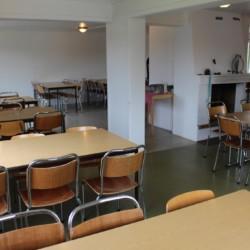 Speisesaal mit Kamin im norwegischen Gruppenhaus Haraset.
