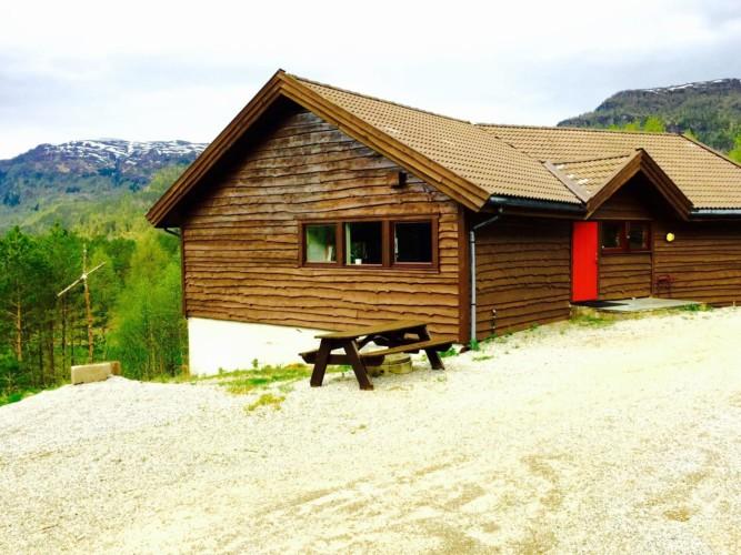 Das Nebengebäude vom norwegischen Freizeitheim Omlid mit Mehrbettziimmern und gutem Sanitärstandard.