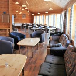 Der Speisesaal im norwegischen Gruppenhaus Omlid liegt direkt neben der Profiküche.