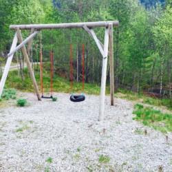 Die Schaukel im Außenbereich vom norwegischen Gruppenhaus Omlid.