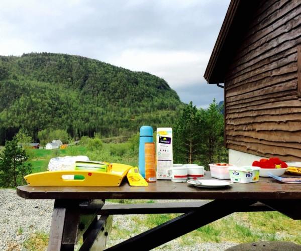 Picknickbänke im Außengelände des Freizeitheims in Norwegen Omlid.