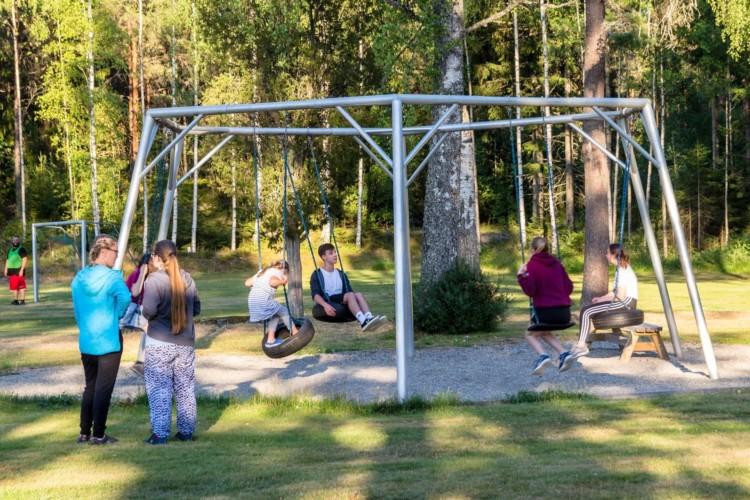 Eine Schaukel am Gruppenhaus Sjöglimt in Norwegen.