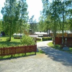 Die Auffahrt des norwegischen Freizeitheims Sjöglimt.