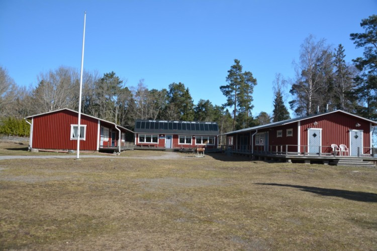 Die gesamte Außenansicht des Frezeitheims Ängskär in Schweden.
