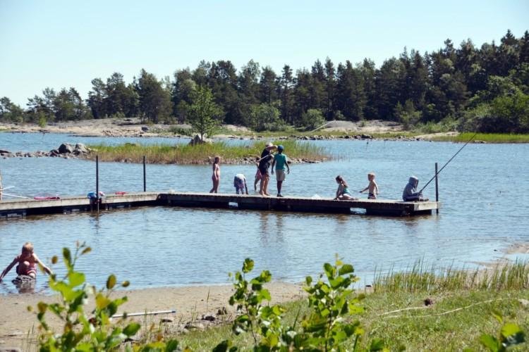 Der kleine Strand gehört mit zum schwedischen Gruppenhaus Ängskär.