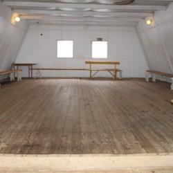 Gruppenraum in der Scheune im schwedischen Freizeithaus für Zeltlager Vallsnäs Unnaryd Camp.