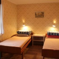 Doppelzimmer im Gruppenhaus Vallsnäs Unnaryd Camp in Schweden am See.