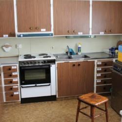 Die Küche des schwedischen Freizeithauses Vallsnäs Unnaryd Camp für Zeltfreizeiten.