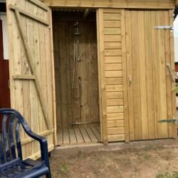 Außenduschen im Freizeithaus Vallsnäs Unnaryd Camp in Schweden für Zeltfreizeiten.
