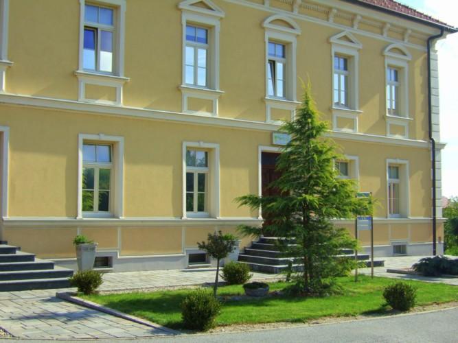 Die Außenansicht des slowenischen Gruppenhauses Ljutomer.