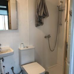 Badezimmer Kajütenhaus im griechischen Feriencamp Strandlodge direkt am Mittelmeer für Menschen mit Behinderung