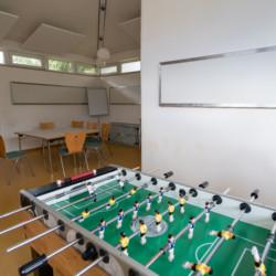 Der Seminarraum im deutschen Freizeitheim Heliand für Kinder und Jugendfreizeiten.