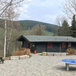 defu Terasse mit Sitzgruppen am Gruppenheim Fuchsbau in Deutschland.