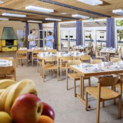 Der Speisesaal im Gruppenaus Heliand in Deutschland.