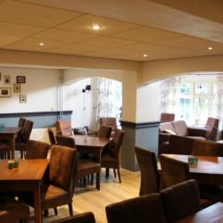 Der Speisesaal mit angrenzenden Sitzgelegenheiten im Gruppenhaus Nieuwe Brug in den Niderlanden.