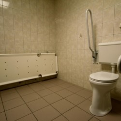 Die Duschliege im handicapgerechten niederländischen Gruppenhaus Hooiberg für Menschen mit Behinderung.