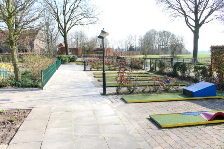 Minigolf am niederländischen barrierefreien Gruppenhaus Koetshuis in den Niederlanden