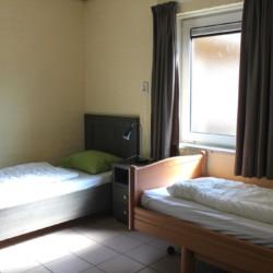 Das Doppelzimmer im handicapgerechten niederländischen Gruppenhaus Hooiberg für Menschen mit Behinderung.